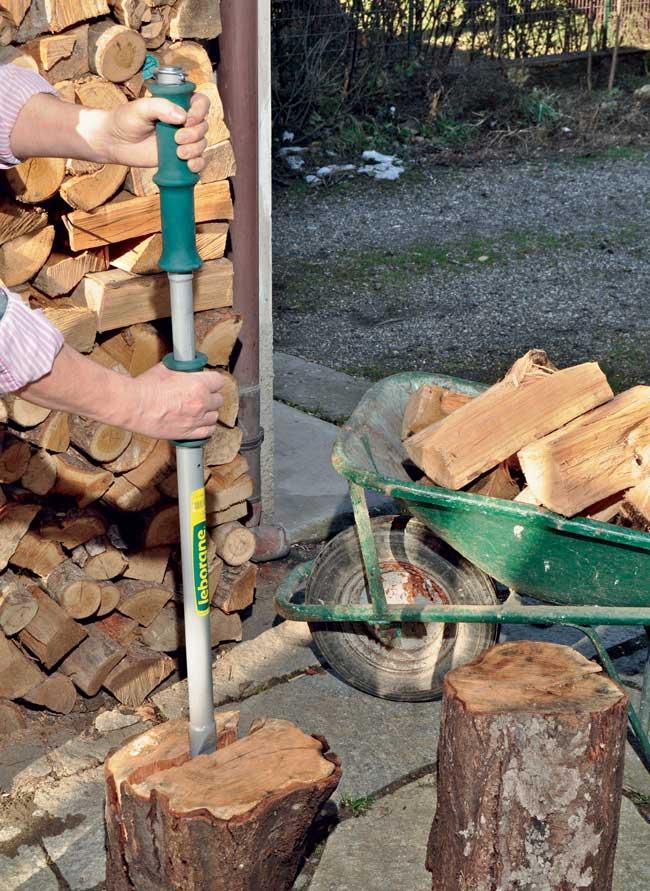 tagliare la legna con spaccatronchi